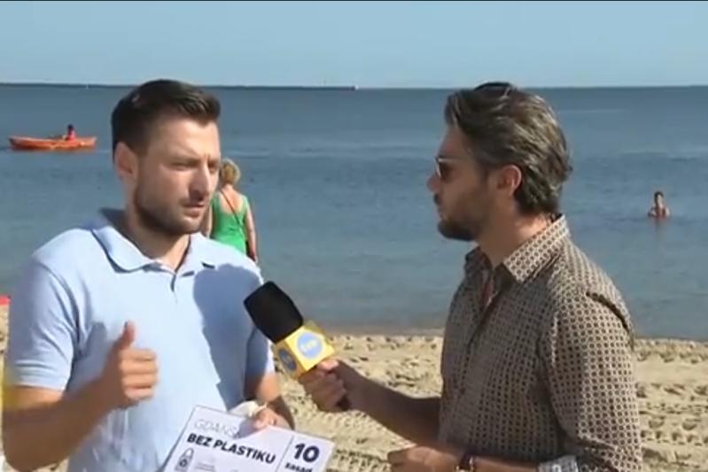 Daniel Stenzel, rzecznik prasowy Urzędu Miejskiego w Gdańsku, i Olivier Janiak podczas rozmowy na plaży na Stogach