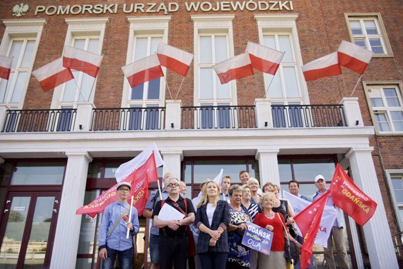 Radni i członkowie Wszystko dla Gdańska z podpisanym apelem przed Pomorskim Urzędem Wojewódzkim