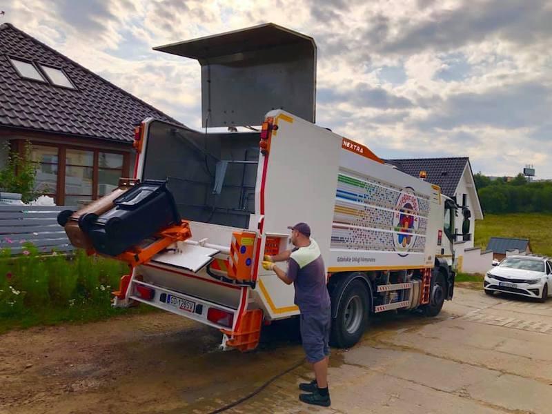 Myjka przeznaczona jest do czyszczenia plastikowych pojemników na śmieci. Dzięki dwóm zbiornikom na czystą i brudną wodę i obiegowi zamkniętemu, brudna woda nie wydostaje się na zewnątrz maszyny