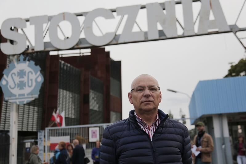 Jerzy Borowczak przed historyczną Bramą nr II Stoczni Gdańskiej