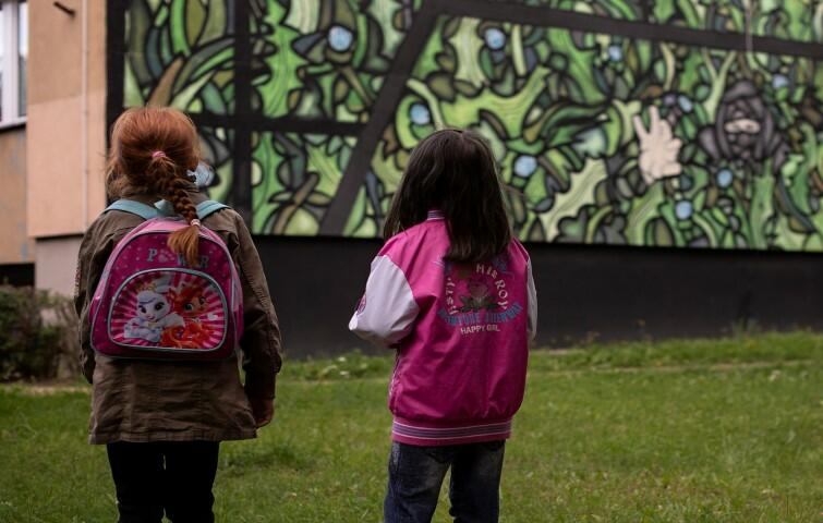 Malowanie muralu poprzedziły warsztaty, wykłady i oprowadzania po dzielnicy, w których brały udział dzieci z Małego i Dużego Domu na Skraju