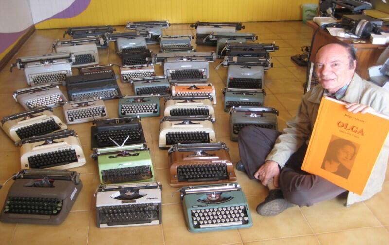 Jorge Antunes, kompozytor opery Olga  z maszynami do pisania pozyskanymi do prapremiery