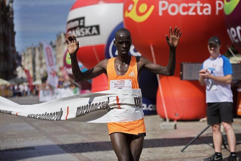 Isaac Kimutai Ngeno z Kenii do pokonania dystansu maratońskiego na trasie Gdynia - Sopot - Gdańsk potrzebował 2 godzin 20 minut 31 sekund