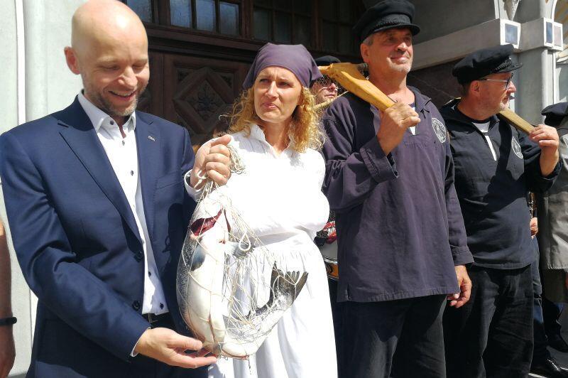 Zastępca prezydenta Gdańska Alan Aleksandrowicz po przekazaniu klucza do miasta w podziękowaniu otrzymał świeżo złowioną rybę