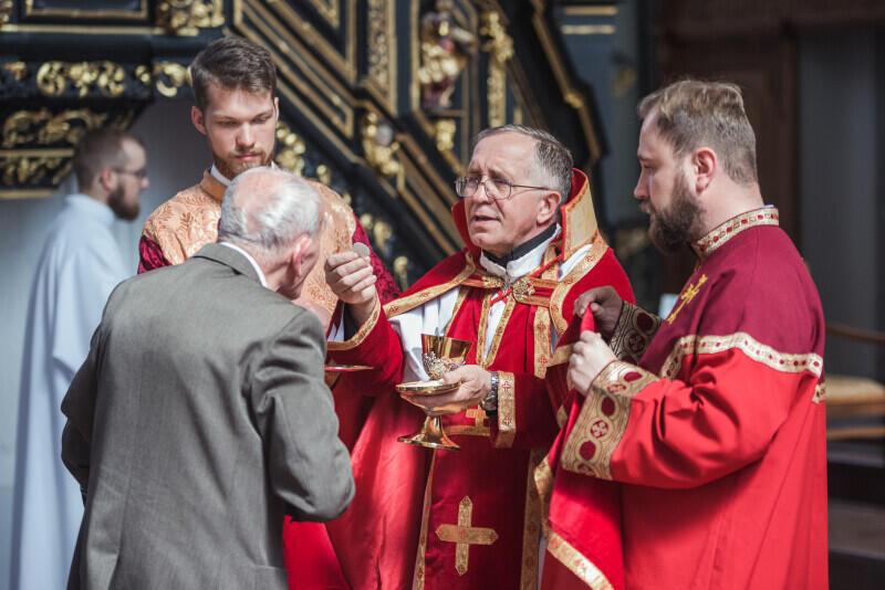Uroczysta msza św. w ormiańskim kościele p.w. św. Piotra i Pawła w Gdańsku. Komunię św. przyjmuje Ryszard Adamowicz, ojciec śp. prezydenta Gdańska