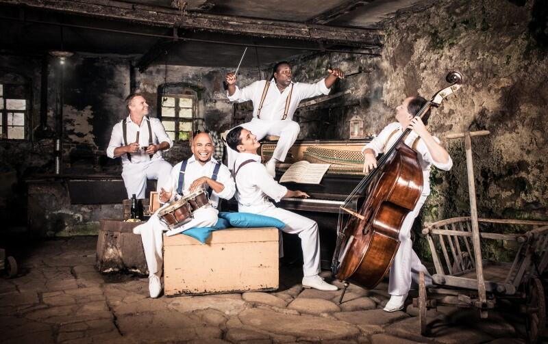 W piątek wieczorem, 23 sierpnia, przeniesiemy się na koncert zatytułowany Mozart meets Cuba. Zagra zespół Klazz Brothers & Cuba Percussion, który tematy Mozarta wykona w kubańskich rytmach