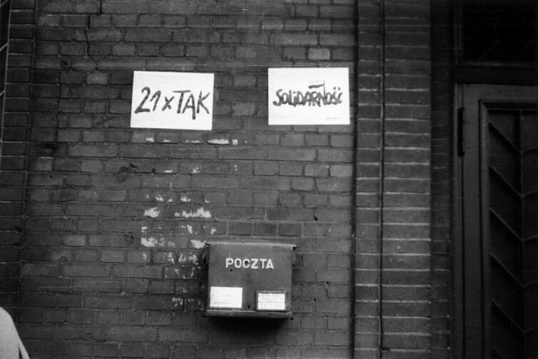 Dwa druki sierpniowe, które wyrażały wówczas wszystko, o co chodziło uczestnikom buntu przeciwko porządkom panującym w PRL. Solidarność  to dzieło Jerzego Janiszewskiego.  21xTAK  odnosi się bezpośrednio do treści postulatów MKS. Zdjęcie wykonane po 21 sierpnia 1980 r.