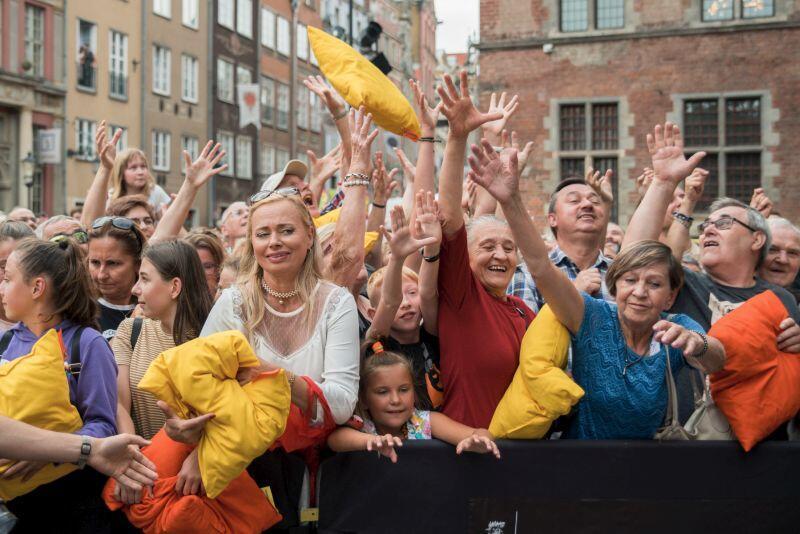 Poduszki-upominki fruną w stronę publiczności