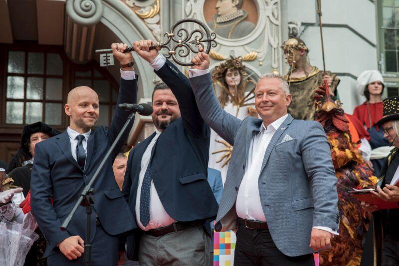 Prezes MTG Andrzej Bojanowski (z lewej) i wiceprezes MTG Paweł Orłowski (w środku) przekazują władzom Miasta symboliczny klucz. Odbiera go Alan Aleksandrowicz (po lewej), zastępca prezydenta Gdańska ds. inwestycji
