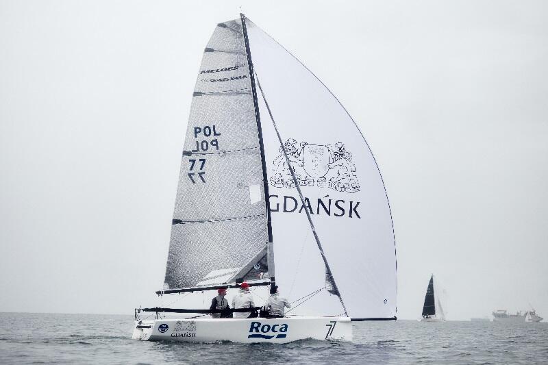 Żeglarze teamu 77 Racing Club Gdańsk na jachcie klasy Micro. W 2021 rok będą gospodarzami mistrzostw świata. Piotr Tarnacki na razie jest 8-krotnym mistrzem świata w klasie Micro, marzy o dziesięciu złotych medalach