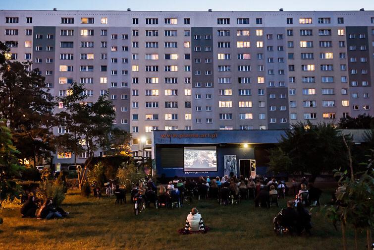 Kino w blokowisku to organizowany od kilku lat cykl pokazów filmowych pod gołym niebem - początkowo tylko przy klubie Plama, teraz także i przy brzeźnieńskiej Projektorni