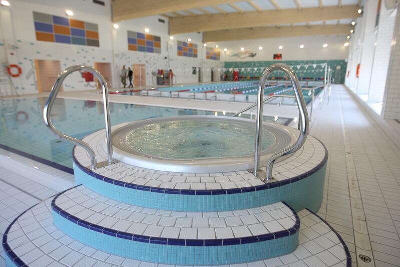 Warto przypomnieć, że pływalnie miejskie, to nie tylko oferta basenowa, ale także inne udogodnienia w postaci hydromasażu czy sauny. Wszystkie dodatkowego atrakcje, które są oferowane przez dany obiekt, są dostępne w ramach zakupionego biletu czy karnetu