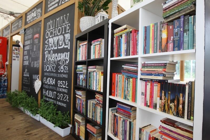 Plenerowe biblioteki znajdują się w 11 punktach na gdańskich, strzeżonych plażach. Po książkę może sięgnąć każdy, kto ma na to ochotę