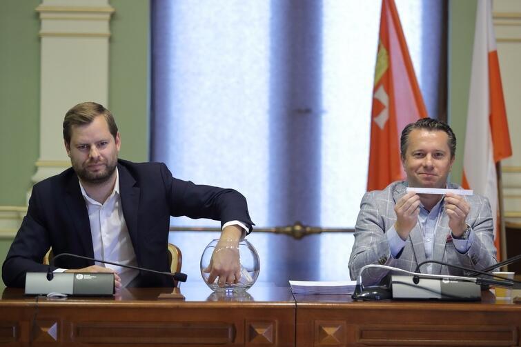 Przewodniczący Maksymilian Kieturakis wyciągał kolejne kartki z nazwami projektów, a Maciej Kukla odczytywał i prezentował je przed kamerami