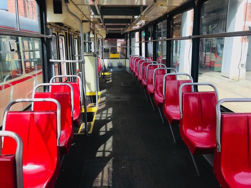 Kto pamięta takie wnętrza? Tym, którzy mają dylemat podpowiadamy - to tramwaj Konstal N 102