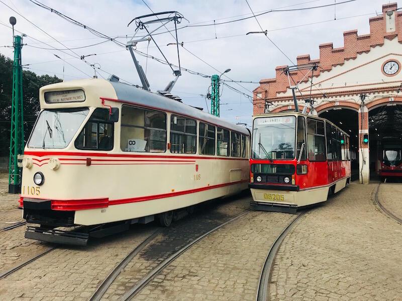 Nz. od lewej: historyczny tramwaj Konstal 102Na i 105N