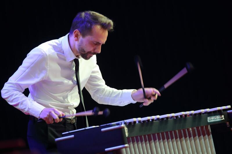 Wibrafonista Dominik Bukowski wraz z zespołem wystąpi w pierwszym dniu festiwalu Gdańskie Noce Jazsowe, 23 sierpnia 2019 r.