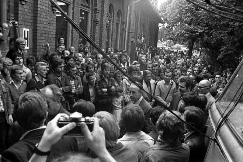 Wicepremier Mieczysław Jabłoński przybył do stoczni na negocjacje. Przed chwilą poczuł, że to nie przelewki - strajkujący robotnicy walili pięściami w karoserię wolno przejeżdżającego autobusu, którym przyjechała rządowa delegacja