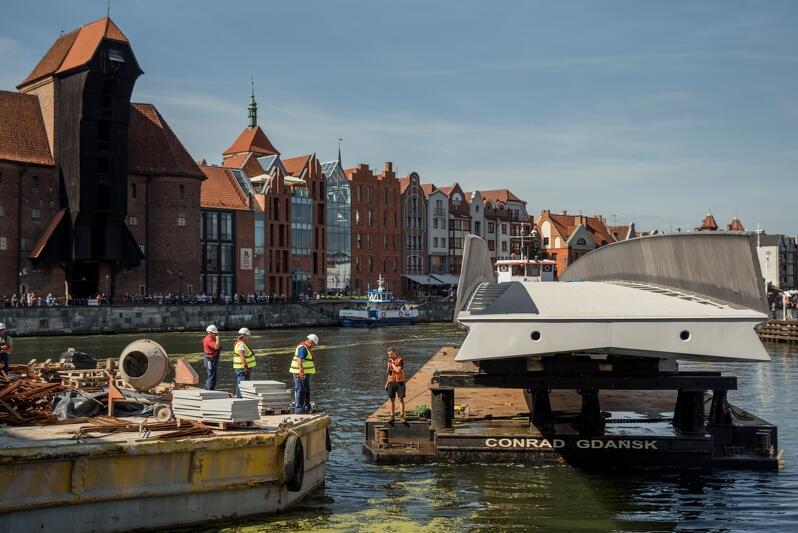 W piątek, 23 sierpnia, z Elbląga do Gdańska przypłynęła barka z ogromną, blisko 60-metrową konstrukcją
