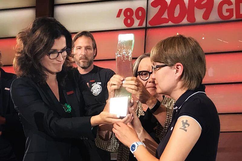 Prezydent Gdańska Aleksandra Dulkiewicz nagrodę dla Olega Sencowa przekazała jego siostrze Natalii Kapłan