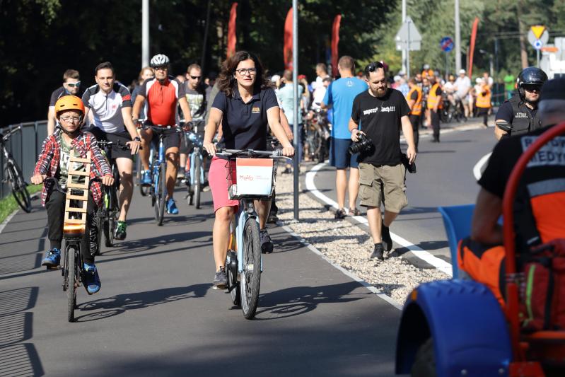 Droga rowerowa Sobieszewo - Świbno już oficjalnie otwarta. Jest szeroka, bezpieczna, oddzielona od ruchliwej drogi samochodowej. Nz. inauguracyjny przejazd z prezydent Aleksandrą Dulkiewicz i Krzysiem Tomczykiem na czele peletonu