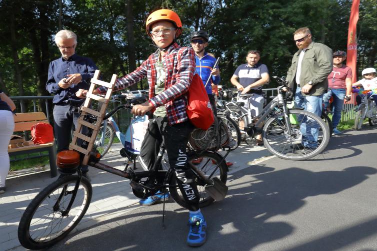 Krzyś Tomczyk i jego cudowny strażacki rower, z prawdziwym kogutem, który błyska pomarańczowym światłem