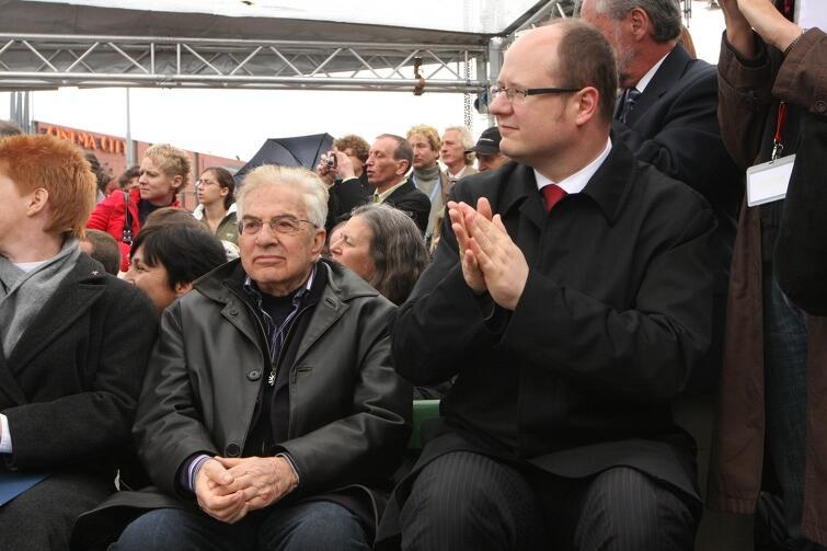 Frank Meisler i prezydent Paweł Adamowicz w 2009 r., podczas uroczystości odsłonięcia gdańskiego pomnika kindertransportów