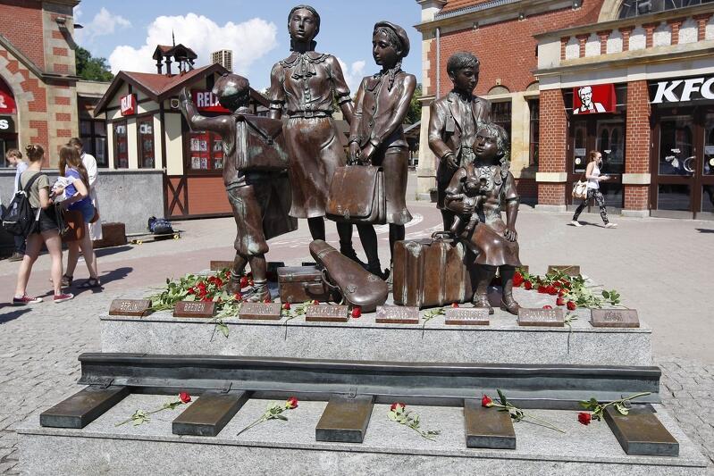 Wykonany przez Franka Meislera pomnik 'Kindertransport - odjazd' stoi od 2009 r. przy dworcu kolejowym Gdańsk Główny
