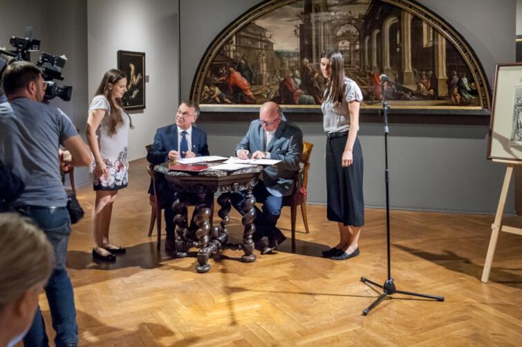 Minister Jarosław Sellin i dyrektor Muzeum Narodowego Wojciechowi Bonisławskiemu podczas podpisywania umowy o przekazaniu cennej ryciny