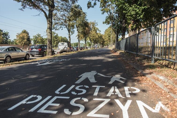 Na nowej drodze pojawiły się już pierwsze piktogramy dedykowane rowerzystom