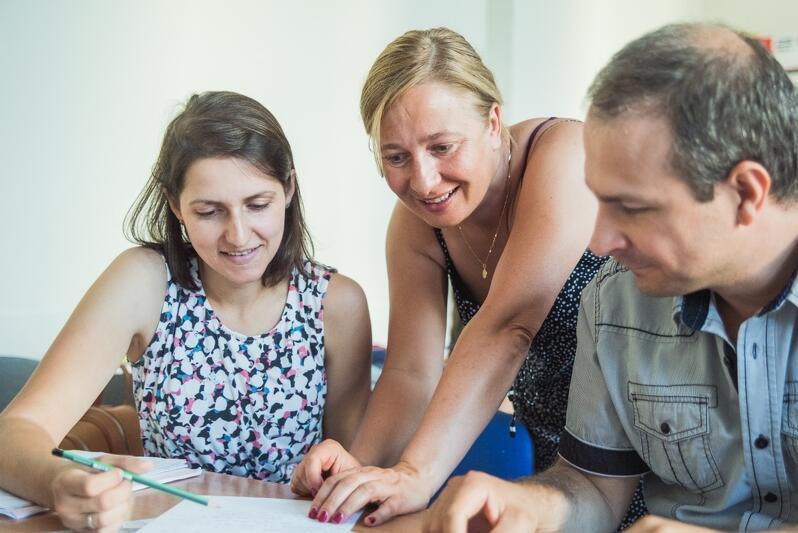 Językoznawczyni dr Małgorzata Klinkosz (w środku) podczas zajęć letniego kursu w Gdańsku