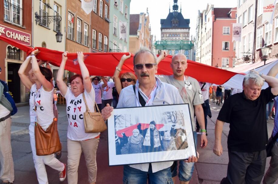 4 czerwca 2019, pochód 'sektorówki' spod bramy stoczni na Długi Targ; na przodzie niesione było zdjęcie Pawła Adamowicza; przez chwilę niósł je autor, czyli Leszek Biernacki