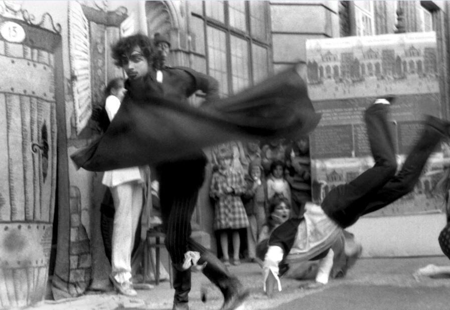 Leszek Biernacki (na pierwszym planie) w przedstawieniu dell'arte teatru 'Pinezka' przed Dworem Artusa, sierpień 1980