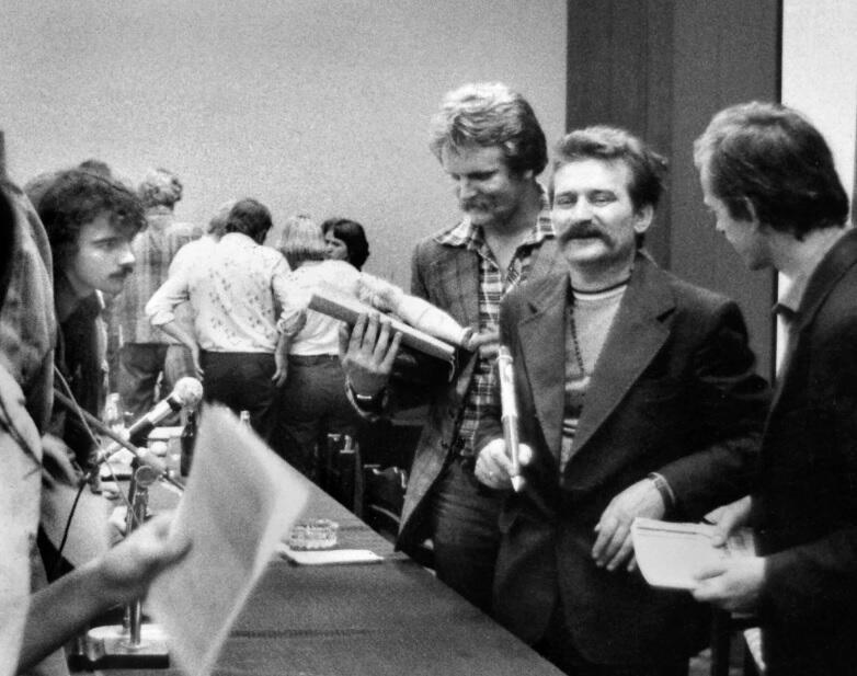 Jeden z ostatnich dni strajku w sierpniu 1980; po lewej Leszek Biernacki