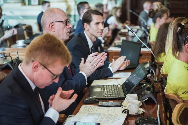 Radni klubu PiS sprzeciwiali się niektórym zapisom zawartym w apelach w przygotowanych przez kluby opozycyjne w RMG