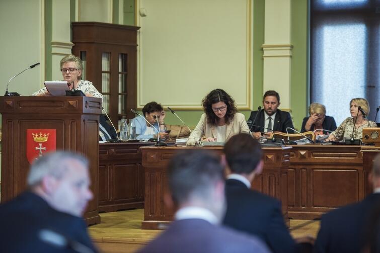 Wiceprzewodnicząca Teresa Wasilewska przedstawiała projekt uchwały w sprawie apelu z okazji 80. rocznicy wybuchu II wojny światowej i 39. rocznicy podpisania Porozumienia Gdańskiego