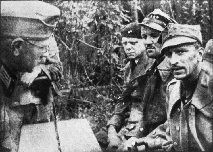 Franciszek Dąbrowski (pierwszy z prawej) po kapitulacji Westerplatte we wrześniu 1939 roku