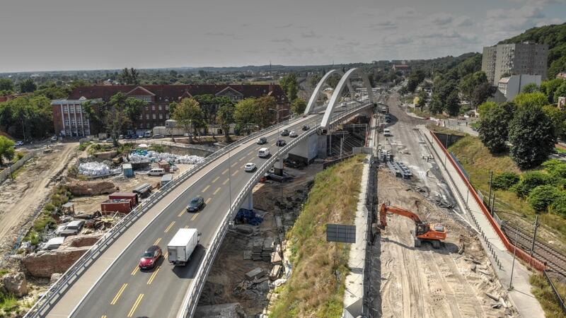 Nowy wiadukt jest już czynny, trwa rozbiórka starego