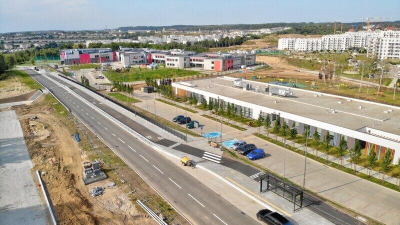 W rejonie skrzyżowania ul. Jabłoniowej i ul. Warszawskiej powstał układ drogowy umożliwiający bezpośredni dojazd do szkoły i przedszkola