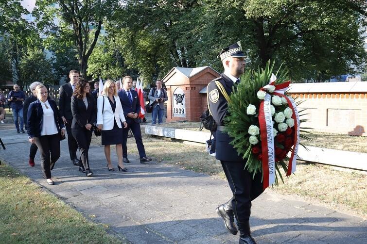 1 września władze Gdańska złożyły kwiaty także na grobowcu Obrońców Poczty Polskiej, który znajduje się na Cmentarzu Ofiar Terroru Hitlerowskiego