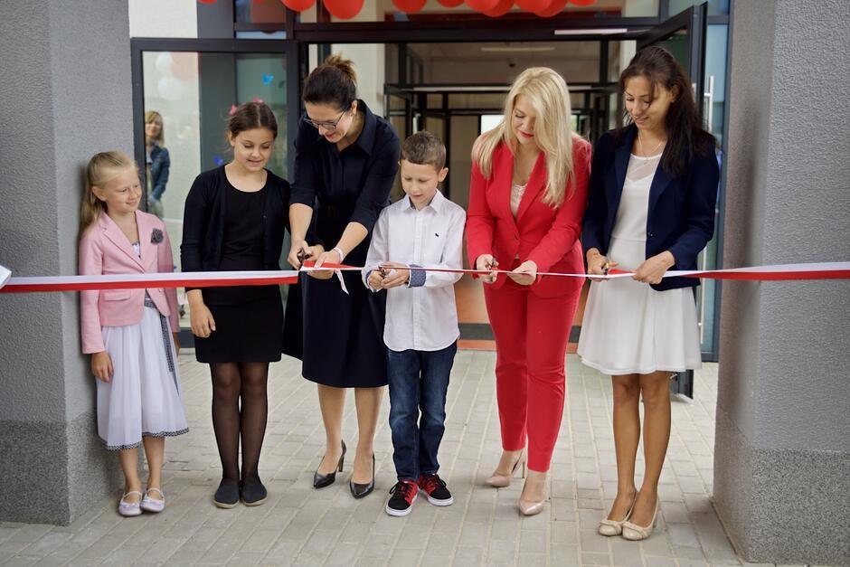 Przecięta wstęga oznacza, że szkoła została oficjalnie otwarta!