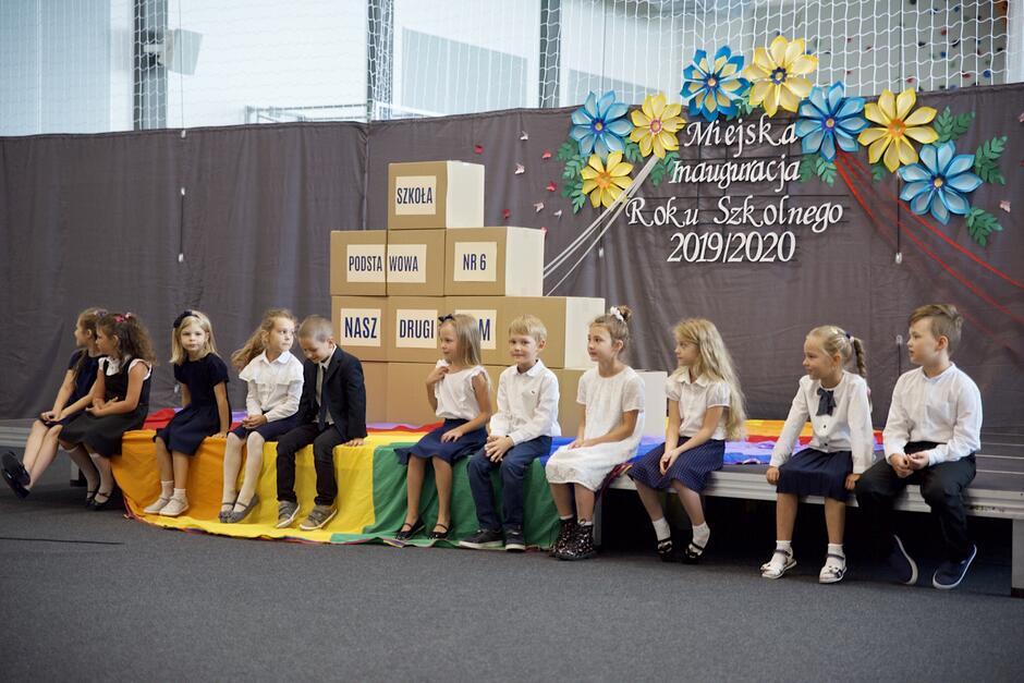 Najmłodsi uczniowie SP nr 6 przygotowali dla obecnych krótki występ