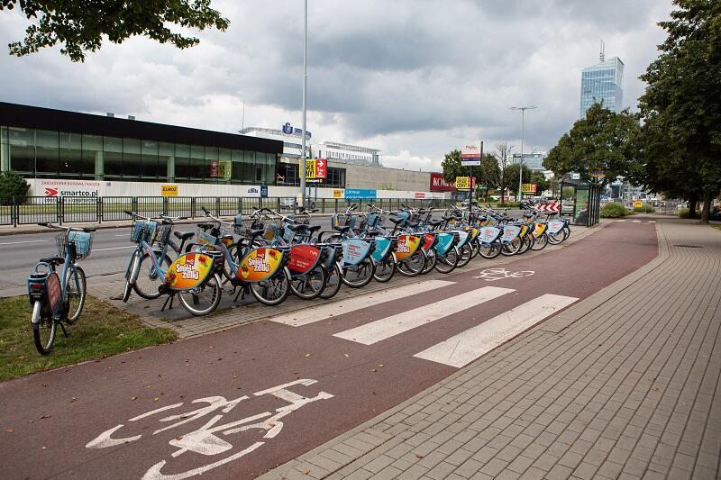 Gdańsk - Oliwa, ul. Grunwaldzka 409. Kompleks biurowy Alchemia. Kilkadziesiąt rowerów Mevo, sierpień 2019
