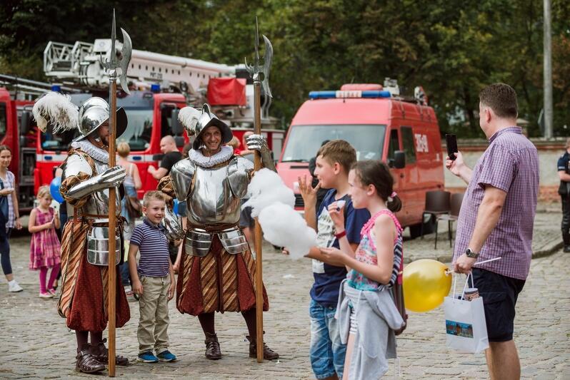 Na festynie RMG można m.in. zobaczyć jak wyglądali halabardnicy - strażnicy miejscy sprzed stuleci. Zdjęcie z Dnia Otwartego Rady Miasta Gdańska w 2016 r.
