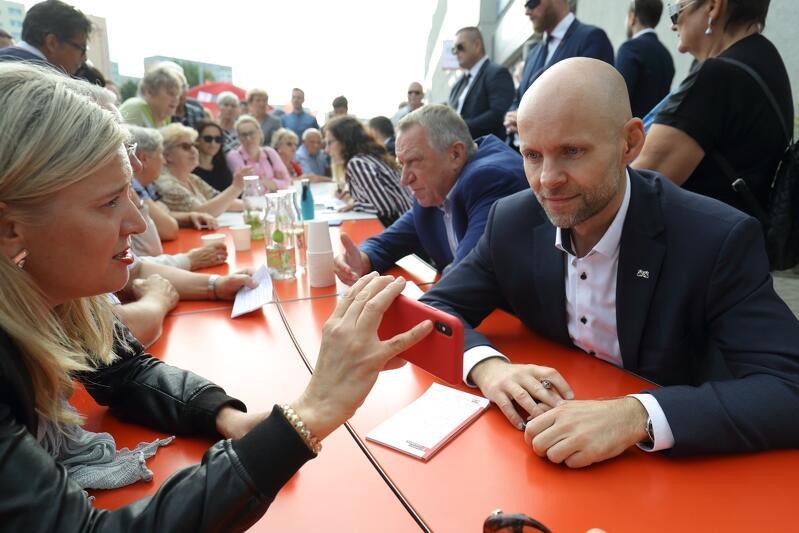 Piecki Migowo. Alan Aleksandrowicz podczas rozmowy z mieszkańcami w ramach Okrągłego Stołu w gdańskich dzielnicach