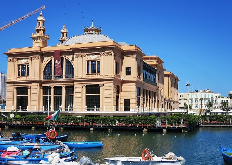 Port rybacki i teatr w Bari