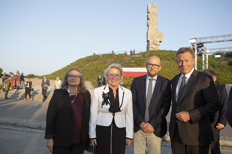 Delegacja Bundestagu na Westerplatte po zakończeniu porannych uroczystości, od lewej: Brigitte Freihold (LEWICA), Cornelia Pieper (konsul generalna RFN w Gdańsku), Manuel Sarrazin (Zieloni) oraz Thomas Oppermann (SPD) - wiceprzewodniczący Bundestagu