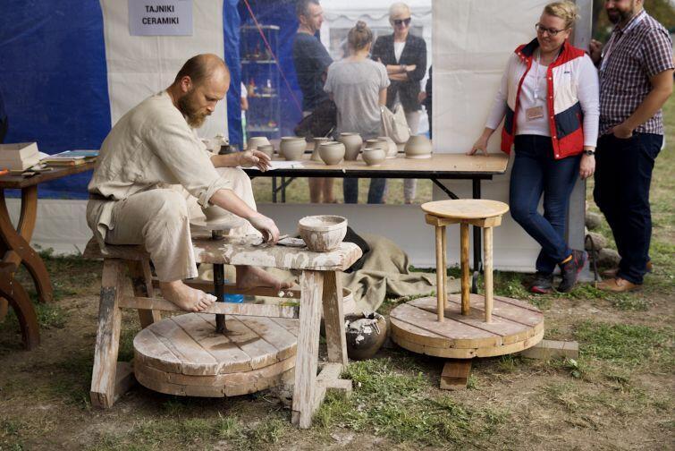 Pokazy garncarstwa podczas ubiegłorocznego Weekendu z archeologią