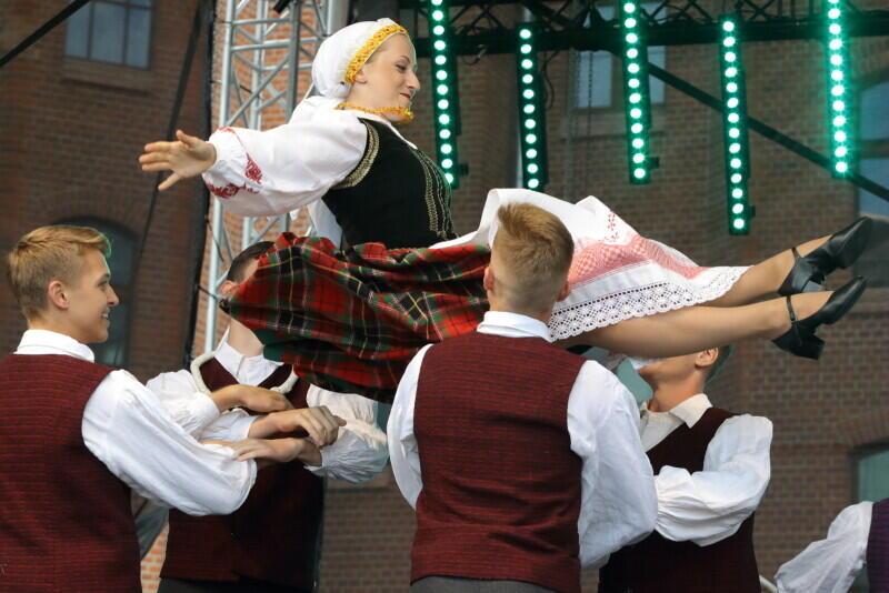 Zespół litewskiego tańca ludowego Perła , który dał pokaz podczas uroczystej inauguracji festiwalu