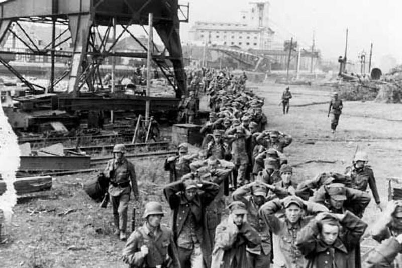 Polscy obrońcy Westerplatte idą do niewoli - chwila na którą Niemcy czekali siedem długich dni